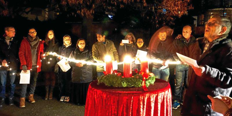 Der Adventskranz als Symbol für eine friedvolle Gemeinschaft von Bürgern und Flüchtlingen