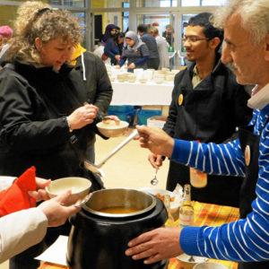 Suleiman Aldahouk macht mit beim Internationalen Suppenfest