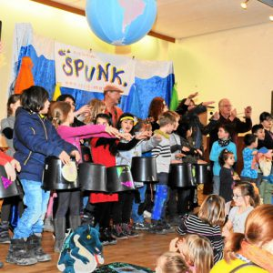 Mehr als 200 Kinder aus zwölf Nationen haben gemeinsam großen Spaß  beim Mitmachkonzert des Duos SPUNK